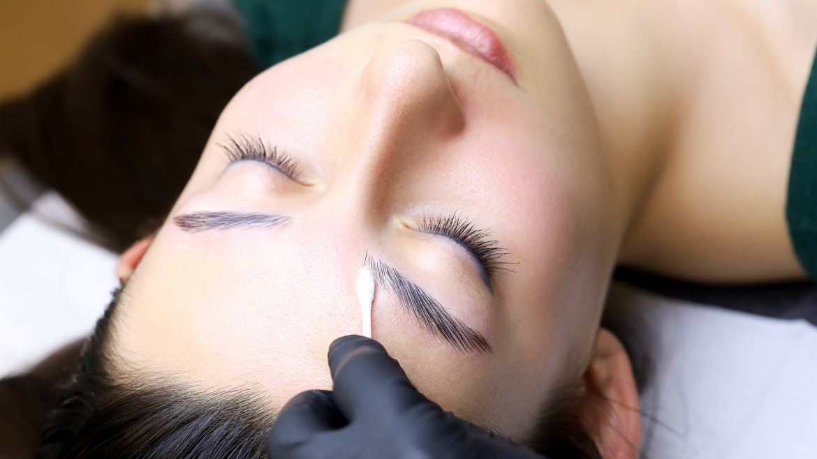 cosmetic procedure for laminating eyebrows
